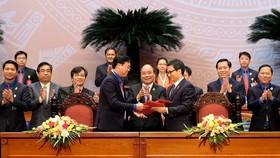 阮春福總理見證政府與共青團中央簽署聯席決議儀式。(圖源:光孝)