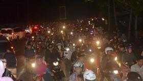 地震發生後人們騎摩托車向高地轉移。(圖源:互聯網)
