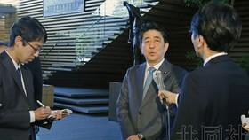 日本首相安倍晉三在接受媒體採訪。 (圖源:共同社)
