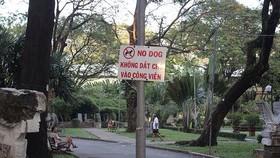 公園周圍當眼處掛上禁止帶狗入公園規定的告示牌,牌上內容用越文及英文書寫,並有插圖說明。
