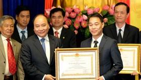 政府總理代表黨、國家,向統計部門集體、個人頒授各等級的勞動勳章。(圖源:光孝)