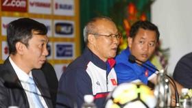 韓國籍主教練朴恒緒(Park Hang Seo)(左二)在記者會上發言。
