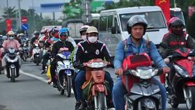 民眾從各省市騎摩托車返回本市。