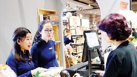 消費者在Book City透過手機付款。