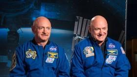 美國國家航空航天局(NASA)研究發現,在國際太空站待了一年的太空人斯科特‧凱利(右)的DNA發生變化,和留在地球的同卵雙胞胎哥哥馬克‧凱利出現7%的差異。(圖源:NASA)