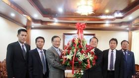 我國駐老撾大使阮伯雄(左三)轉贈阮富仲總書記向老撾總書記、國家主席本揚‧沃拉吉的祝賀花籃。