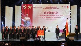 政府總理阮春福代表黨、國家領導向越南農業與農村發展銀行頒授一等勞動勳章。(圖源:AgriBank)