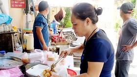 三姨在忙著為窮人準備素飯。