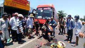 客車失控釀成1死4傷。圖為該起交通事故現場。