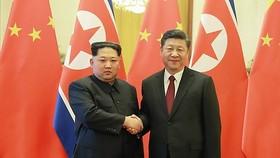 中國國家主席習近平(右)與金正恩在北京人民大會堂合影。(圖源:韓聯社)