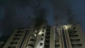 泰國首都曼谷市中心一幢舊公寓3日凌晨2時40分發生火警,至少造成3人死亡,60多人受傷。(圖源:VOV)