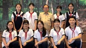 文朗學校考到優秀生稱號的9名學生與老師合照。