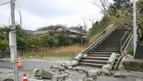 日本島根縣當地時間9日凌晨1時32分發生里氏6.1級地震,有建築物與道路受損。(圖源:路透社)