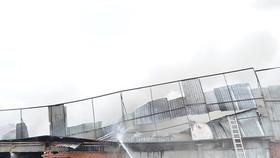消防隊聞訊後趕抵現場奮勇滅火,同時控制火勢蔓延至附近區域。(圖源:H.Tâm)