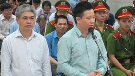 出庭受審的2名被告人何文琛(左二)和阮春山。