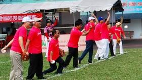 與會貴賓步入球場進行開球儀式。