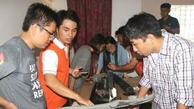 喜愛有創造力活動的年輕人在Saigon FabLab實驗室內大顯創意。(圖源:孟和)