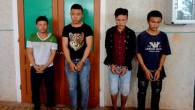 當場被捉獲並押送至公安派出所的4名劫財嫌犯。(圖源:新奇)