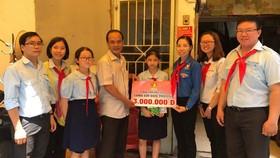 組委會頒發獎助學金給貧困優秀生。