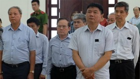 被告丁羅昇(前右)與共犯站著聽審判長宣讀判決書。(圖源:N.Anh)