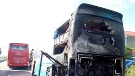 火勢熄滅後的臥鋪客車嚴重損壞。(圖源:ĐH)