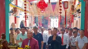 第二日,適逢農曆五月十三關平太子寶誕,該會館組織廟會並舉行投標兩盞聖燈活動,也吸引約600多人參加。
