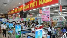 """超市裡貼掛著""""國人優先用國貨""""的橫幅。"""
