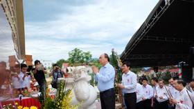 阮春福總理在廣南省上香緬懷烈士。(圖源:秋紅)