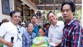 永安堂慈善團向失明者與殘疾孤寡長者頒發禮物。
