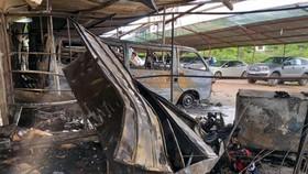 火勢熄滅後的現場2輛汽車被燒毀,另一輛汽車被殃及。(圖源:朱明)