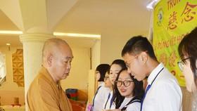 龍華寺住持釋慧功法師向學生頒發獎品。