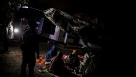 許多民眾不敢進入屋內,在路邊的簡易避難所過夜。(圖源:路透社)