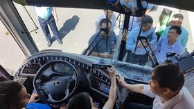 峴港市人委會副主席鄧越勇親自檢查旅遊車上安裝視頻監控工作。(圖源:劉香)