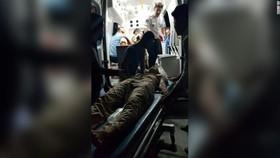 地震過後,人們把傷者送往醫院救治。(圖源:Press TV)