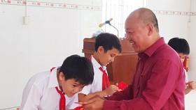 鄭成龍理事長向學生派發禮物。