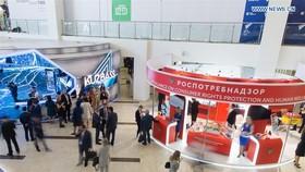 9月11日,在俄羅斯符拉迪沃斯托克,人們參觀東方經濟論壇上的展位。