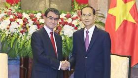 國家主席陳大光(右)接見日本外務大臣河野太郎。(圖源:顏創)