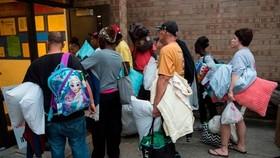 弗吉尼亞州、北卡羅來納州和南卡羅來納州沿海地區有超過170萬人被命令撤離,民眾忙加油搶購物資。(圖源:Getty Images)
