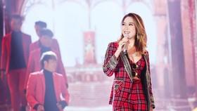 女歌手美心參加在第七軍區體育館舉辦的2017年音樂節。