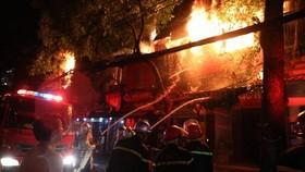消防隊聞訊後趕抵現場奮勇滅火。(圖源:玉成)