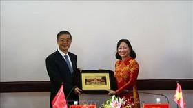 市人民法院院長雍氏春香向中國最高人民法院院長周強贈送紀念品。(圖源:越通社)