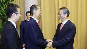 國家主席陳大光(左二)與中國最高人民 法院院長周強交換意見。(圖源:越通社)