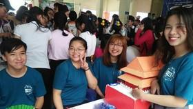 市師範大學中文系學生介紹中國文化特色。