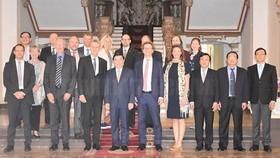 市人委會主席阮成鋒(前右六)與瑞典烏普薩拉省長格蘭‧伊南德一行合影。(圖源:hcmcpv)
