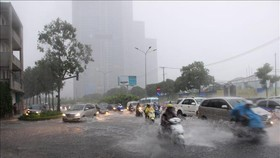 昨(24)日中午11時30分開始大面積的強降雨並持續4個小時,導致本市多條街道和低窪地區被水淹。(圖源:越通社)