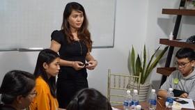Jennifer 清范與年輕人交流有關應聘技能及面試時如何回答問題。