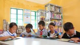 偏遠山區的兒童在圖書館裡看書。