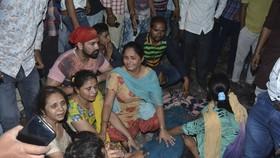 10月19日,在印度旁遮普邦首府阿姆利則附近,遇難者的親屬在遺體旁哭泣。(圖源:AP)