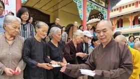市華人佛教會正代表釋慧功上座與慈善團向安江省朱篤市貧困戶贈送賑濟品。
