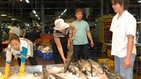 集散市場的海鮮買賣。